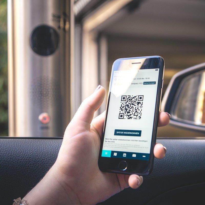 Mit der Corporate-Parking-App einfach und barrierelos durch die digitale Schranke fahren.